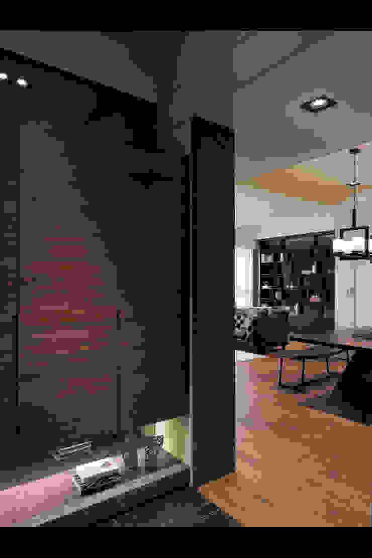 Couloir, entrée, escaliers classiques par 星葉室內裝修有限公司 Classique