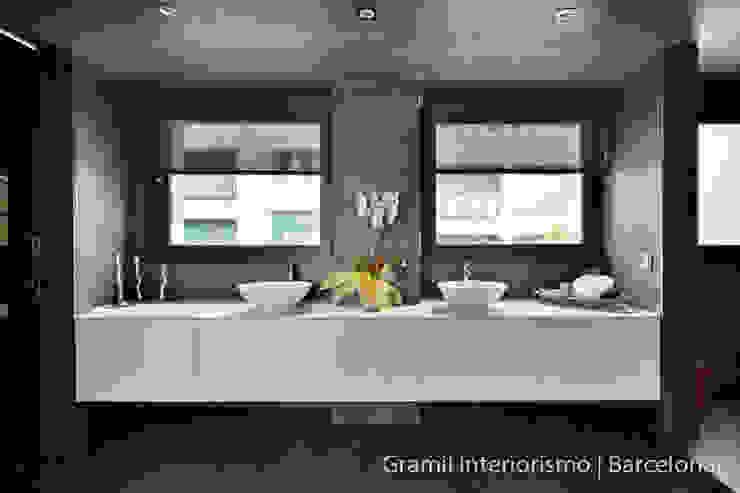 Gramil Interiorismo II - Decoradores y diseñadores de interiores Phòng tắm phong cách tối giản