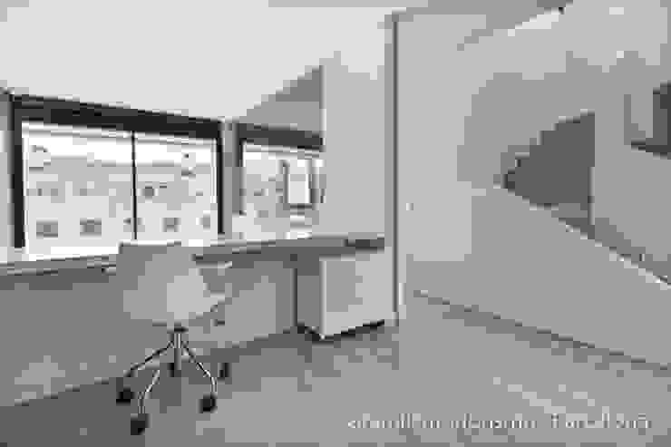 Vivienda en Sant Just Pasillos, vestíbulos y escaleras de estilo minimalista de Gramil Interiorismo II - Decoradores y diseñadores de interiores Minimalista