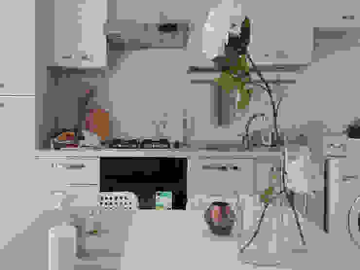 HOME STAGING IN UN BILOCALE DUPLEX Cucina moderna di Sonia Santirocco architetto e home stager Moderno