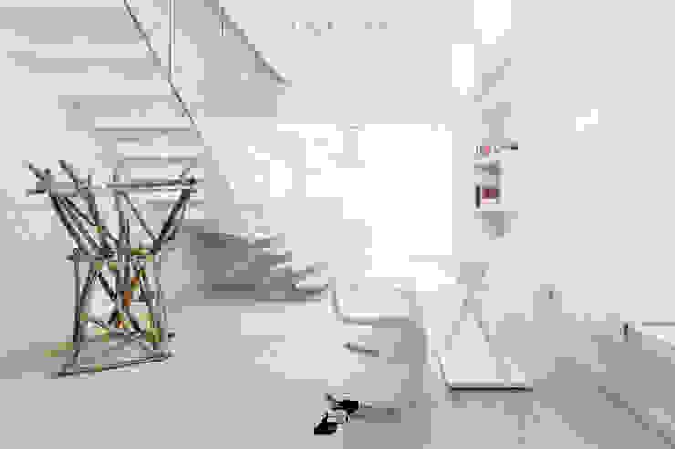 Salones minimalistas de Luca Doveri Architetto - Studio di Architettura Minimalista