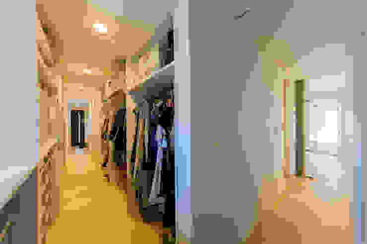 玄関からお風呂まで繋がるウォークインクローゼット モダンな 家 の インデコード design office モダン