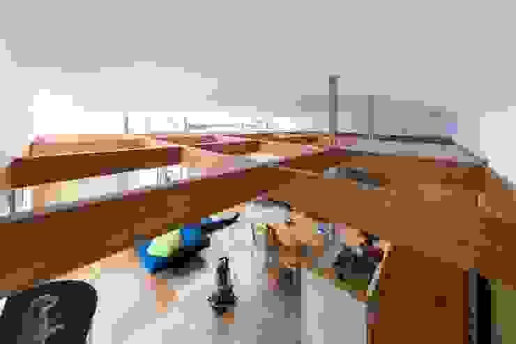 アールの天井 インデコード design office モダンデザインの リビング 木 ベージュ