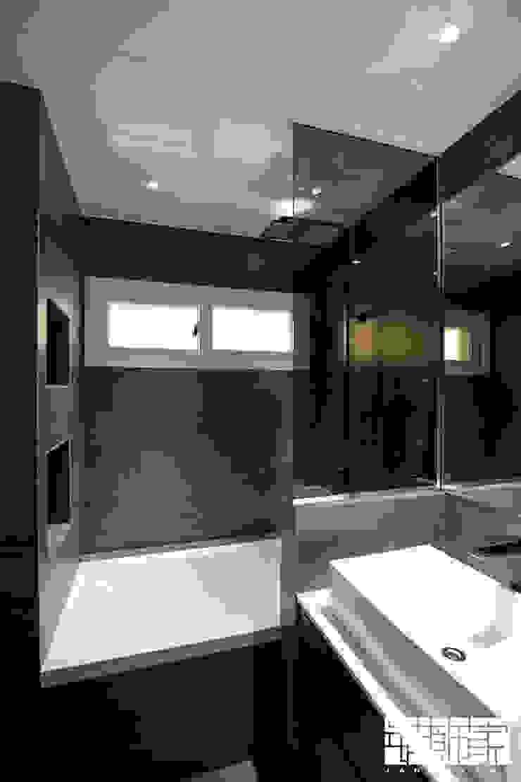 Moderne badkamers van ㈜장식가 Modern Tegels