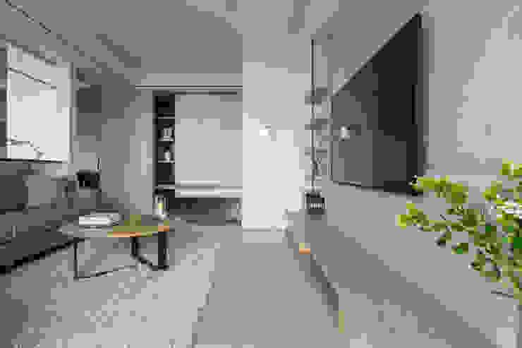 藍色。愛情海 现代客厅設計點子、靈感 & 圖片 根據 共禾築研設計有限公司 現代風