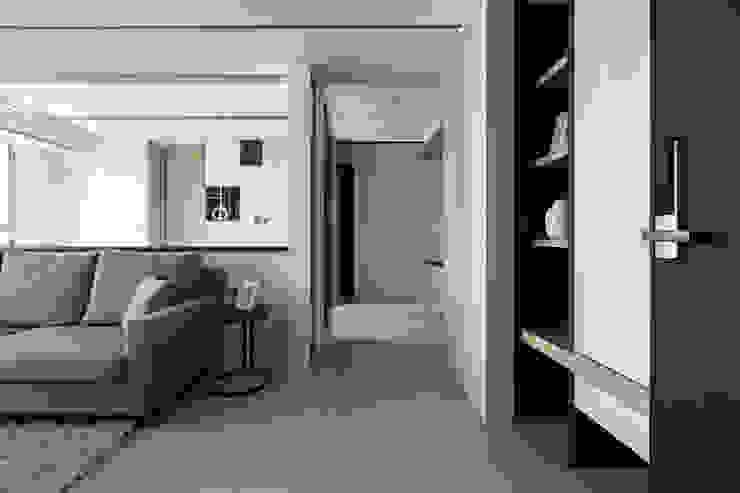 藍色。愛情海 現代風玄關、走廊與階梯 根據 共禾築研設計有限公司 現代風