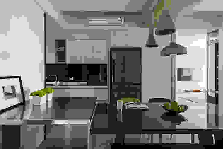 藍色。愛情海 現代廚房設計點子、靈感&圖片 根據 共禾築研設計有限公司 現代風