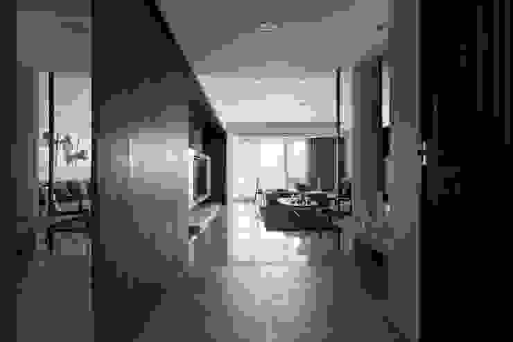 轉出。質感 現代風玄關、走廊與階梯 根據 共禾築研設計有限公司 現代風