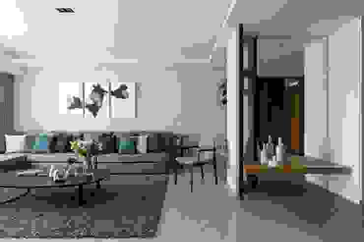 轉出。質感 现代客厅設計點子、靈感 & 圖片 根據 共禾築研設計有限公司 現代風