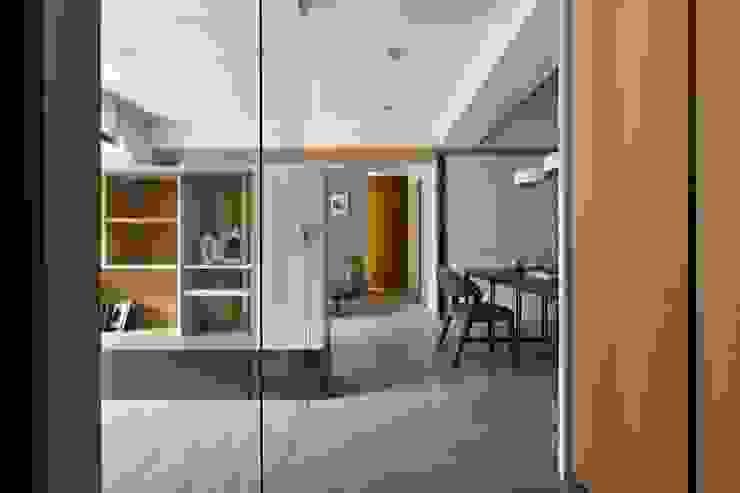 Modern Corridor, Hallway and Staircase by 共禾築研設計有限公司 Modern
