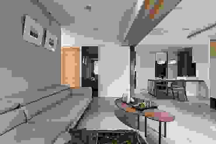 愜意。青春 現代風玄關、走廊與階梯 根據 共禾築研設計有限公司 現代風