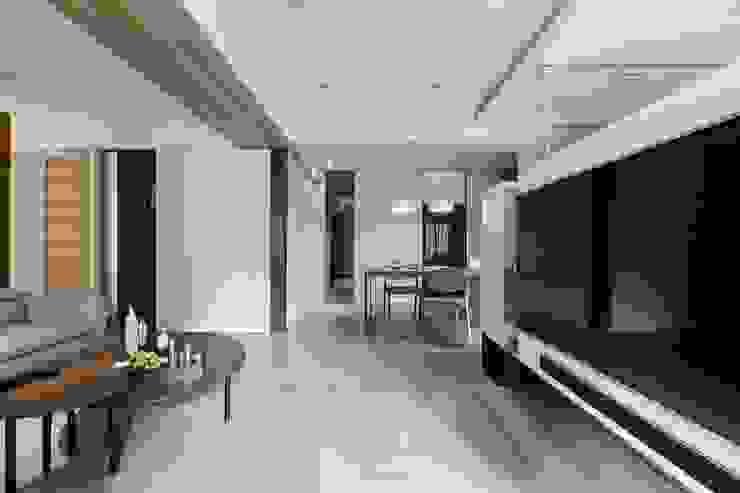 愜意。青春 现代客厅設計點子、靈感 & 圖片 根據 共禾築研設計有限公司 現代風