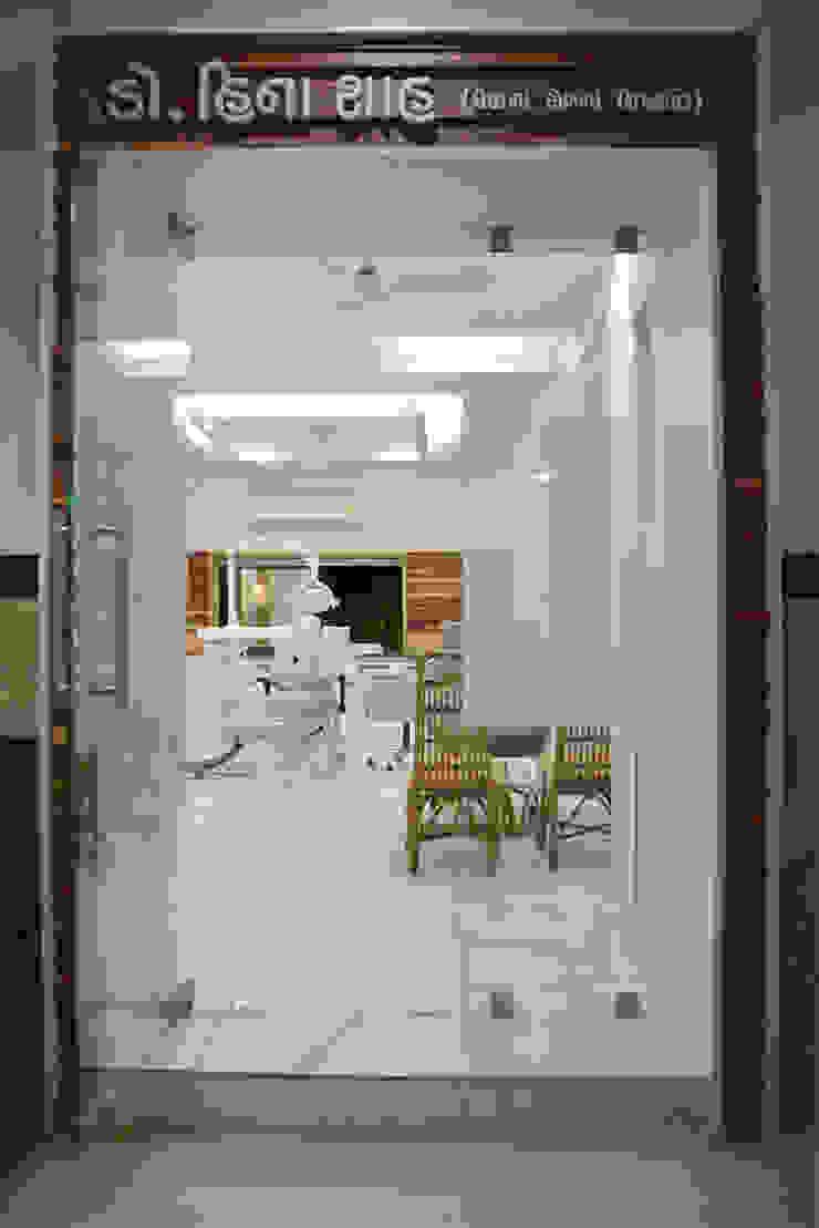 dental clinic @ prarthna hospital prarthit shah architects Modern Corridor, Hallway and Staircase Solid Wood