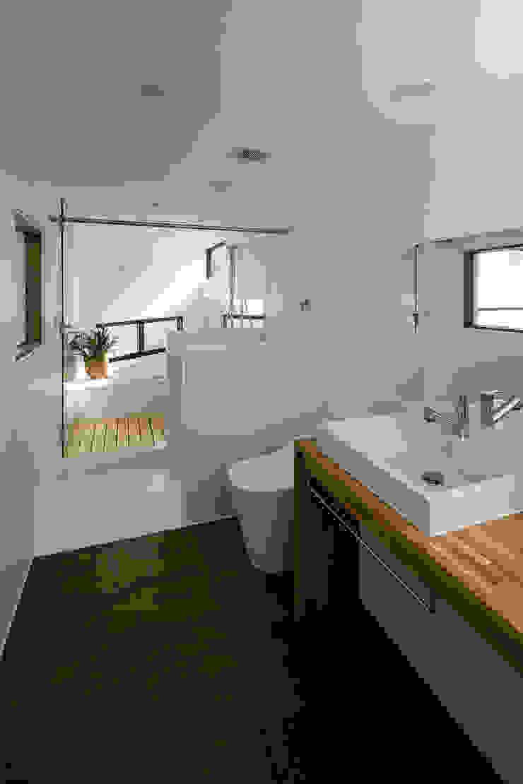 Scandinavian style bathroom by group-scoop architectural design studio Scandinavian Solid Wood Multicolored