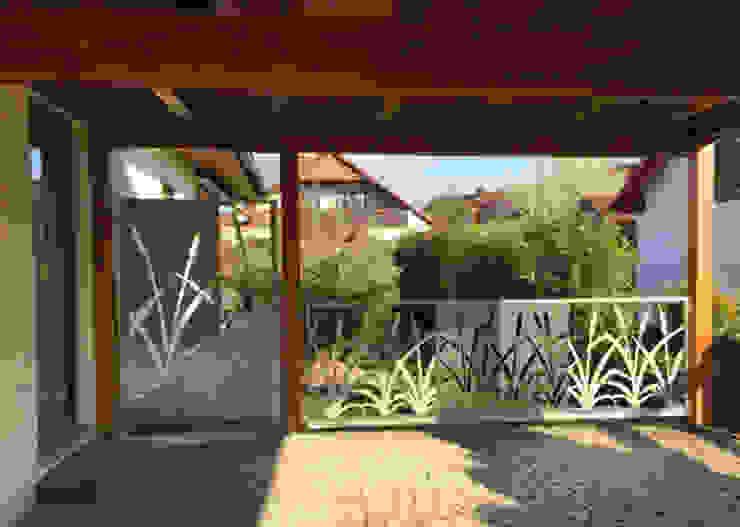 """Edelstahlgeländer und Gartentür """"Cat Tails"""" Moderner Garten von Edelstahl Atelier Crouse: Modern Metall"""