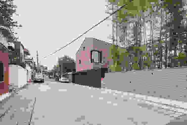 동측 도로에서 집을 바라보다 모던스타일 주택 by (주)건축사사무소 모도건축 모던 벽돌