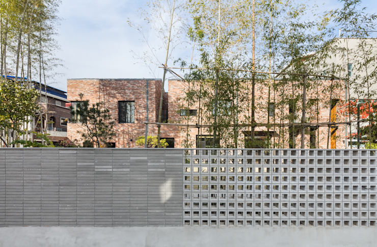 남측 도로에서 집을 바라보다 모던스타일 주택 by (주)건축사사무소 모도건축 모던 벽돌