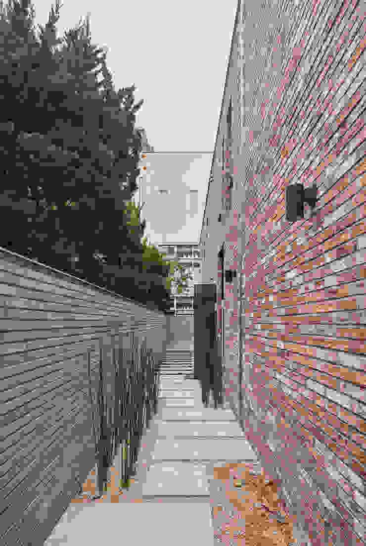 북측 진입로 모던스타일 주택 by (주)건축사사무소 모도건축 모던 벽돌