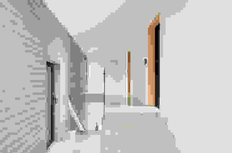 Couloir et hall d'entrée de style  par (주)건축사사무소 모도건축, Moderne Marbre