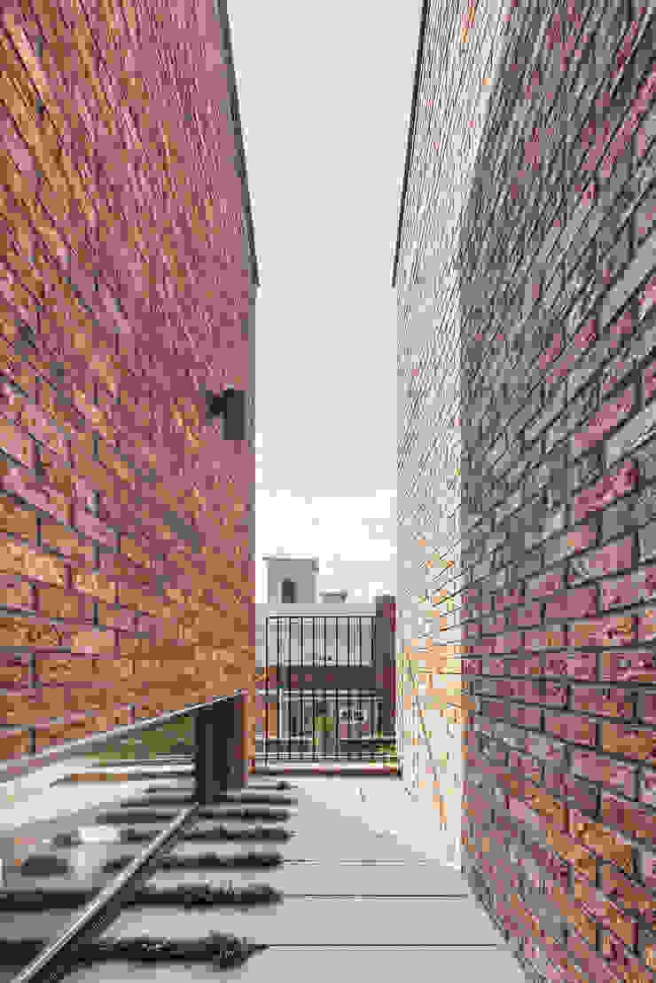 2층 중정 모던스타일 발코니, 베란다 & 테라스 by (주)건축사사무소 모도건축 모던 벽돌