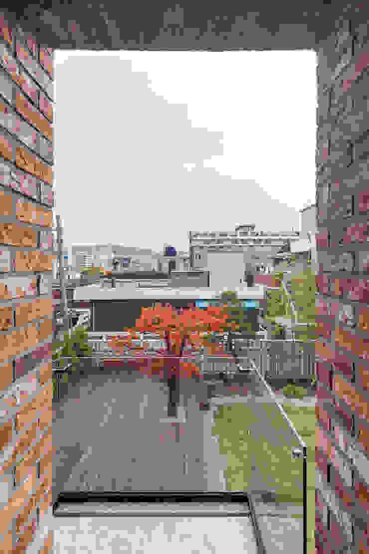 2층 발코니 모던스타일 발코니, 베란다 & 테라스 by (주)건축사사무소 모도건축 모던 벽돌