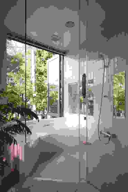 Baños de estilo moderno de 藤井伸介建築設計室 Moderno