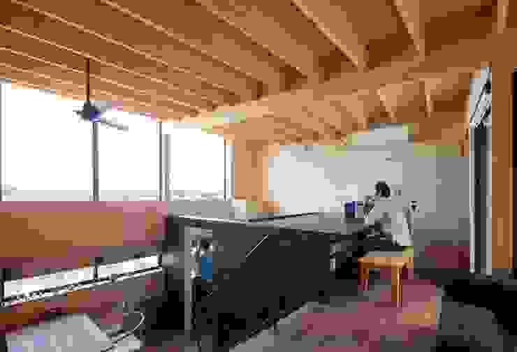 書斎コーナーとキッチン モダンデザインの 多目的室 の 藤井伸介建築設計室 モダン