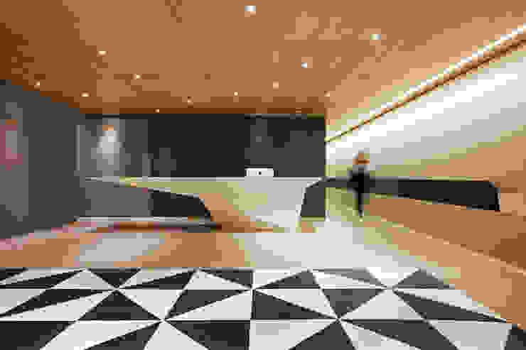 바나나피쉬 Modern media room