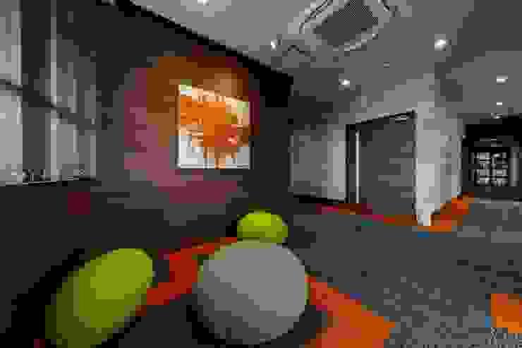 株式会社Juju INTERIOR DESIGNS Edificios de oficinas Madera Multicolor