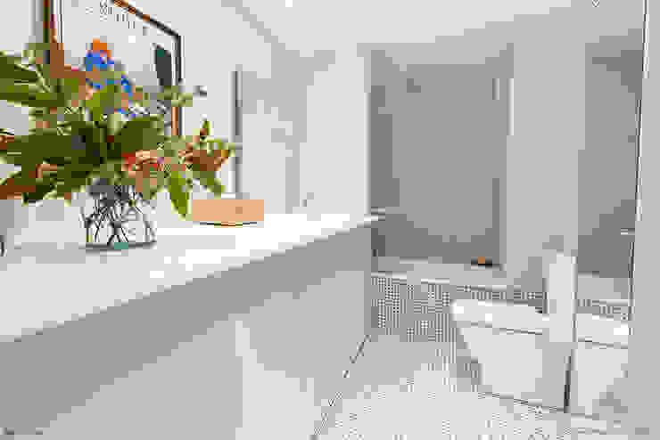 現代浴室設計點子、靈感&圖片 根據 Pia Estudi 現代風