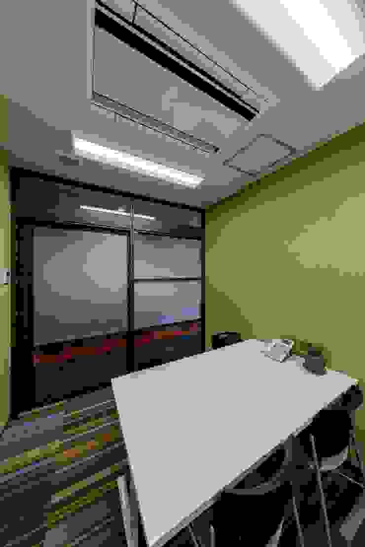 株式会社Juju INTERIOR DESIGNS Edificios de oficinas Vidrio Multicolor
