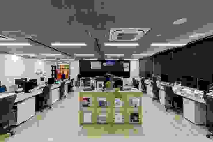 株式会社Juju INTERIOR DESIGNS Edificios de oficinas Compuestos de madera y plástico Acabado en madera