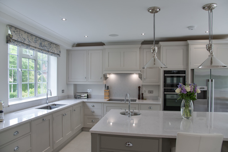 Beautiful bespoke kitchen in Hertfordshire by John Ladbury Cuisine moderne par John Ladbury and Company Moderne