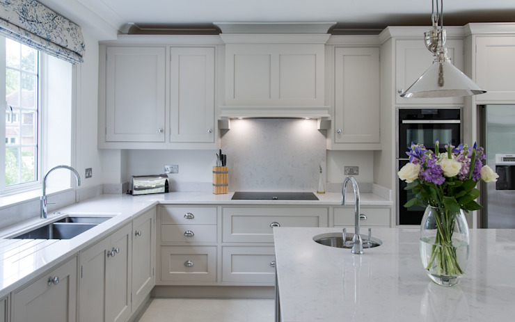 Beautiful bespoke kitchen in Hertfordshire by John Ladbury 現代廚房設計點子、靈感&圖片 根據 John Ladbury and Company 現代風