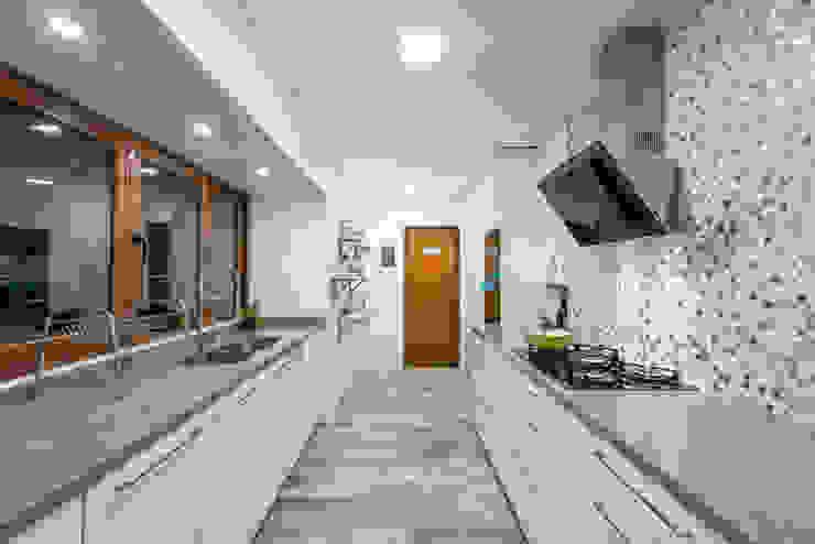 by Grupo E Arquitectura y construcción Сучасний