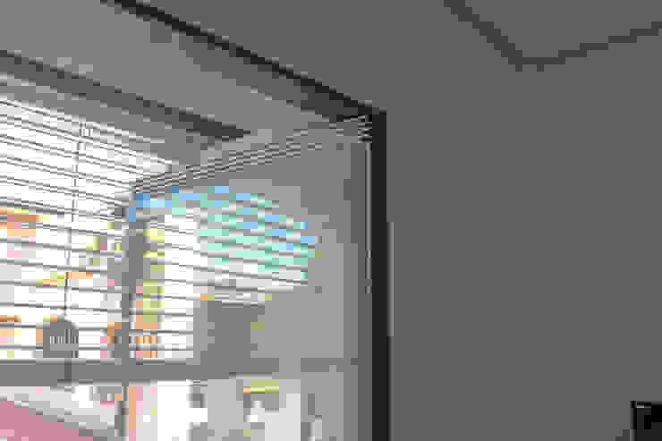 Infisso terrazzo ibedi laboratorio di architettura Finestre & Porte in stile minimalista Ferro / Acciaio Metallizzato/Argento