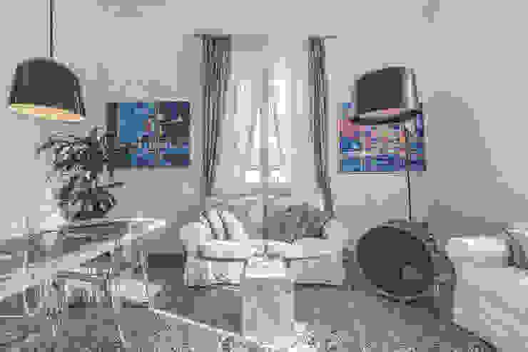 Salones de estilo moderno de MODO Architettura Moderno