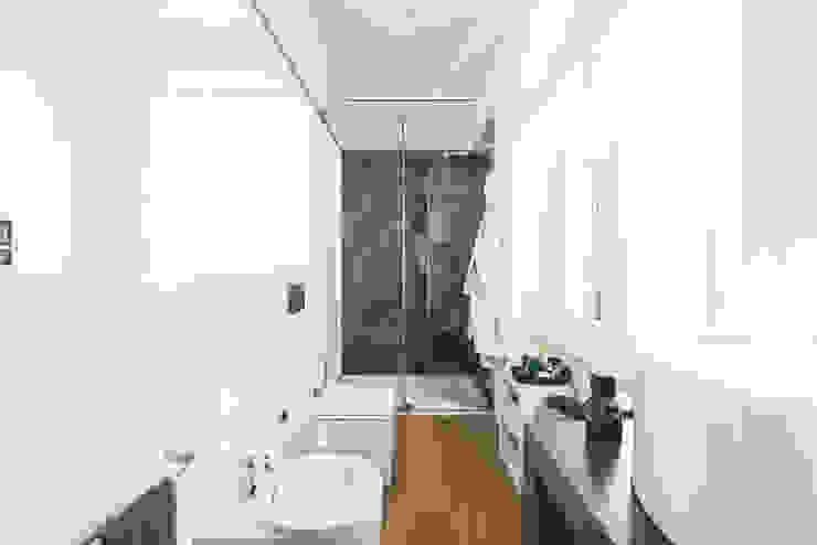 現代浴室設計點子、靈感&圖片 根據 MODO Architettura 現代風