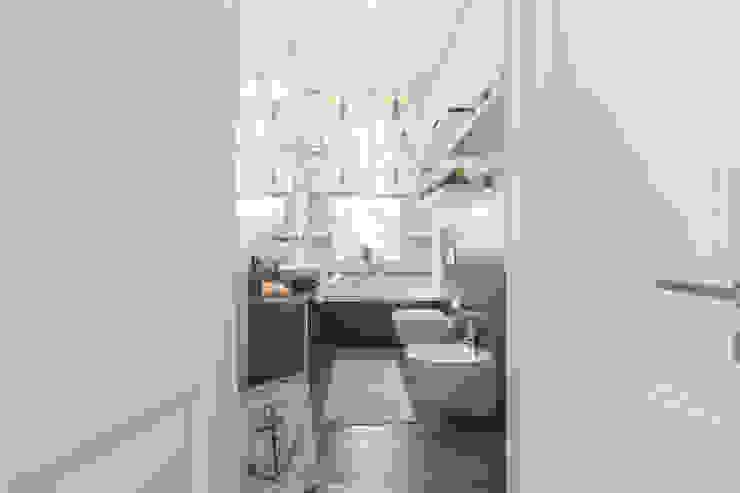 Baños de estilo moderno de MODO Architettura Moderno