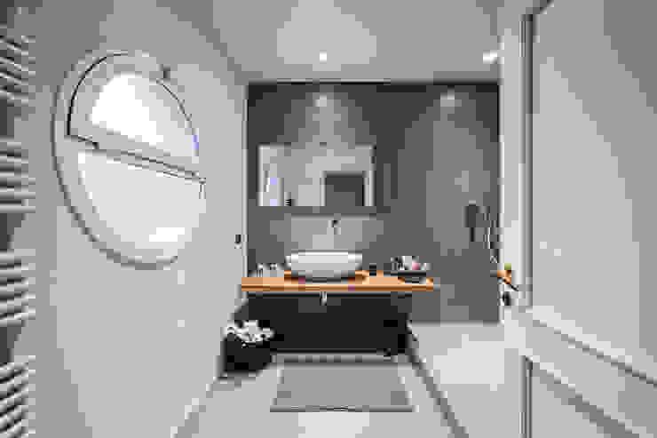 MODO Architettura Minimalist style bathrooms