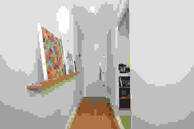 Pasillos, vestíbulos y escaleras eclécticos de Condecorar Arquitetura e Interiores Ecléctico