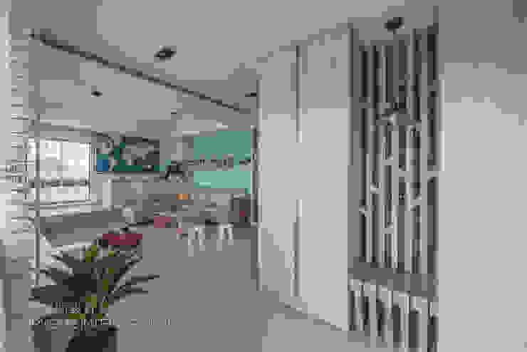 清新北歐小品 斯堪的納維亞風格的走廊,走廊和樓梯 根據 奧紘空間設計 北歐風