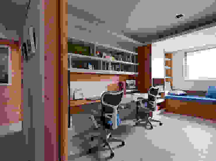 Modern Study Room and Home Office by 舍子美學設計有限公司 Modern