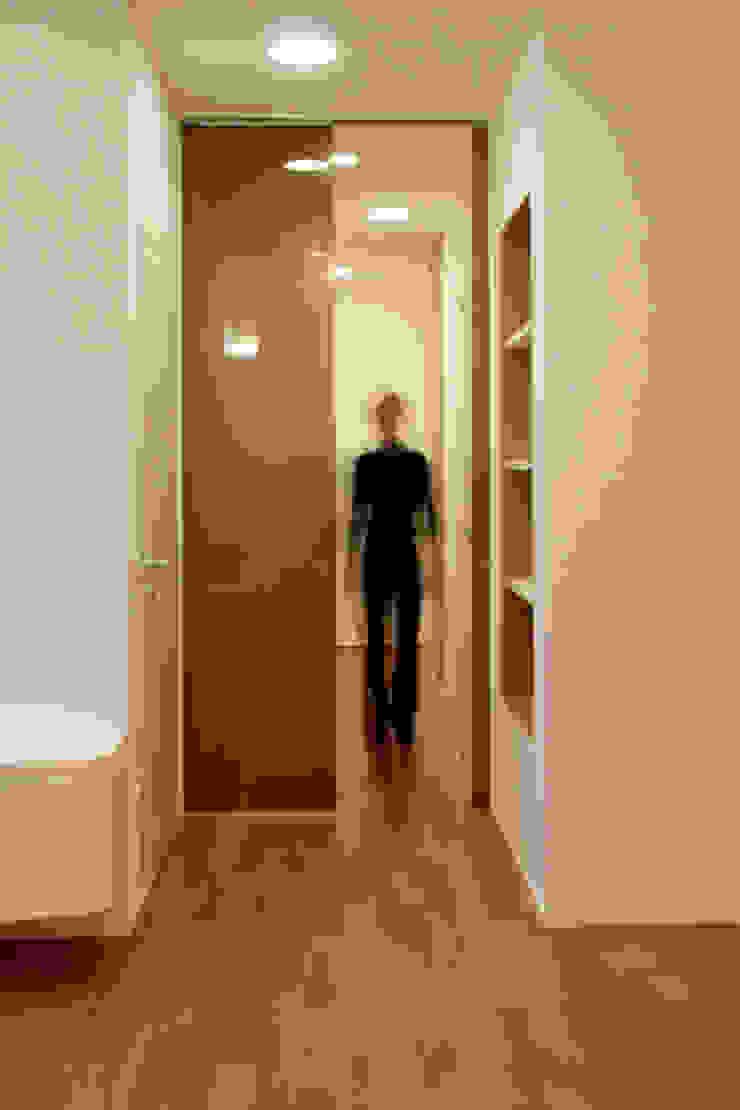 T+T ARCHITETTURA Modern Corridor, Hallway and Staircase