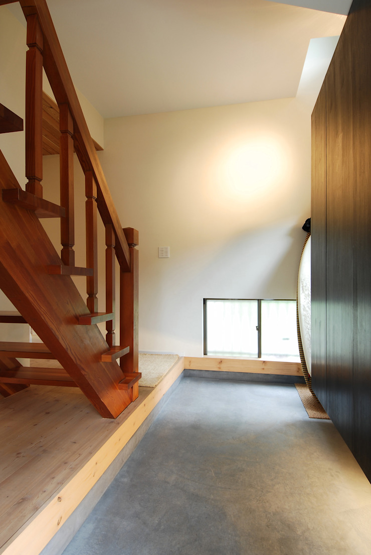 Modern Corridor, Hallway and Staircase by 藤井伸介建築設計室 Modern
