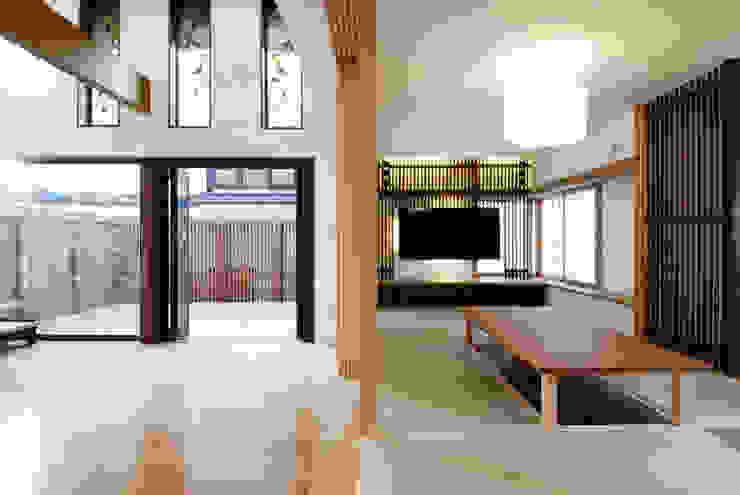 Salas de estar asiáticas por 藤井伸介建築設計室 Asiático
