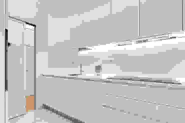 Un'abitazione di una giovane coppia nel cuore di Roma Cucina minimalista di SERENA ROMANO' ARCHITETTO Minimalista