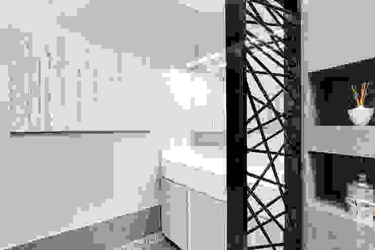 Modern Bathroom by SERENA ROMANO' ARCHITETTO Modern