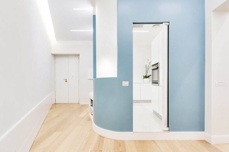 Modern Corridor, Hallway and Staircase by SERENA ROMANO' ARCHITETTO Modern