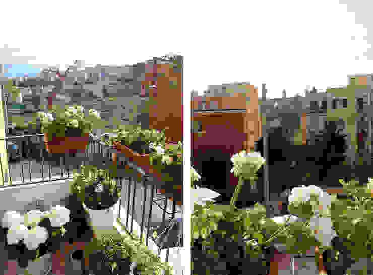 Piccolo terrazzino Balcone, Veranda & Terrazza in stile moderno di Architetto Luigia Pace Moderno Laterizio